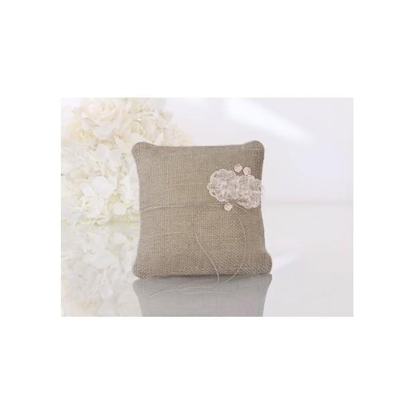 coussin d 39 alliances jute et dentelle fleur rose poudr coussins porte alliances creative. Black Bedroom Furniture Sets. Home Design Ideas